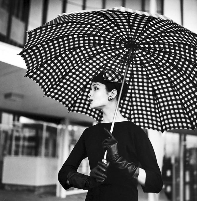 Fotografía de Nina Leen donde aparece una mujer de los años 50 0 60 sosteniendo una sombrilla