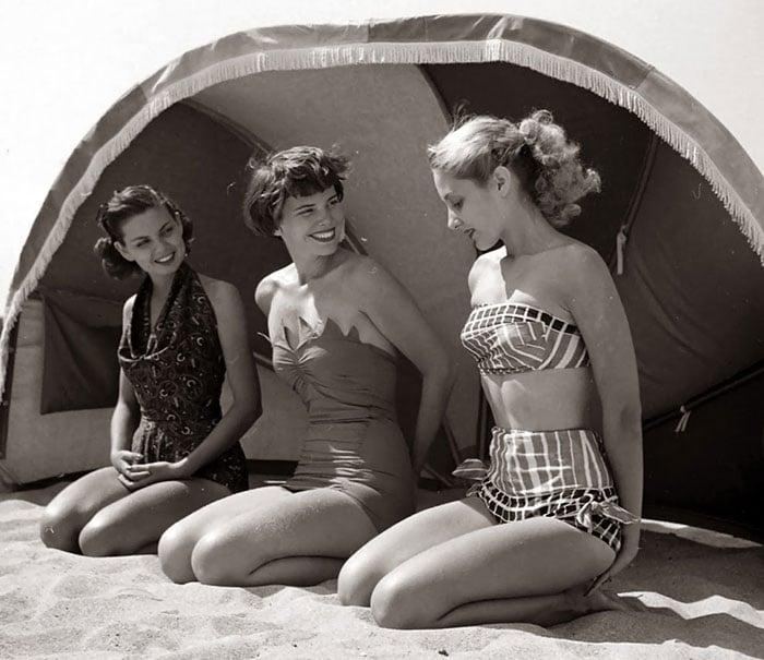 Fotografía de Nina Leen donde aparecen tres mujeres de los años 50 0 60 con bikinis en la playa