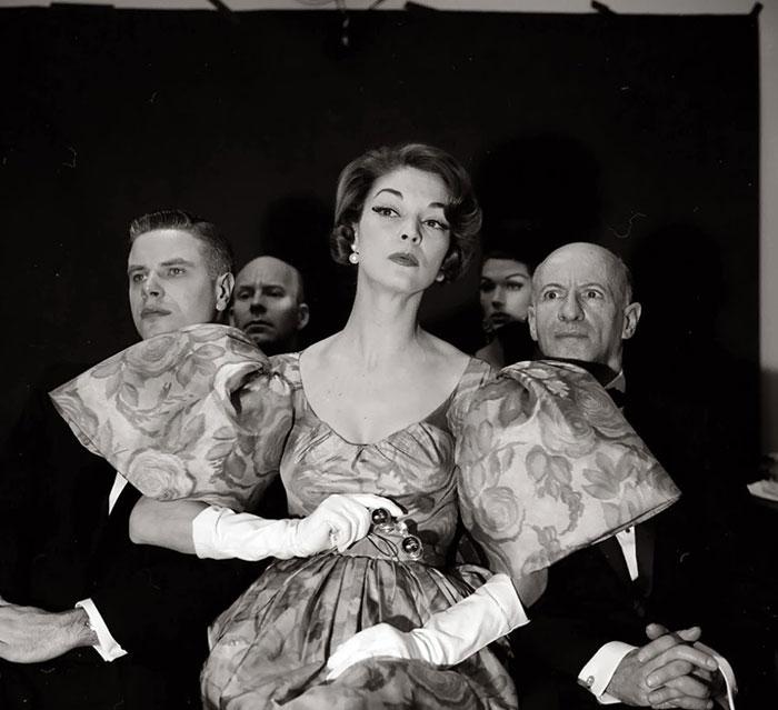 Fotografía de Nina Leen donde aparece una mujer de los años 50 0 60 durante una obra de teatro