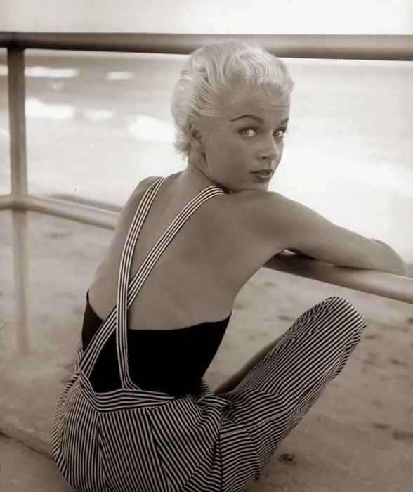 Fotografía de Nina Leen donde aparece una mujer de los años 50 0 60 en una playa