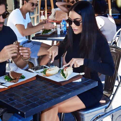 Chica comiendo pan tostado junto a un chico
