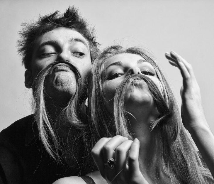 Foto en blanco y negro de pareja divirtiéndose.