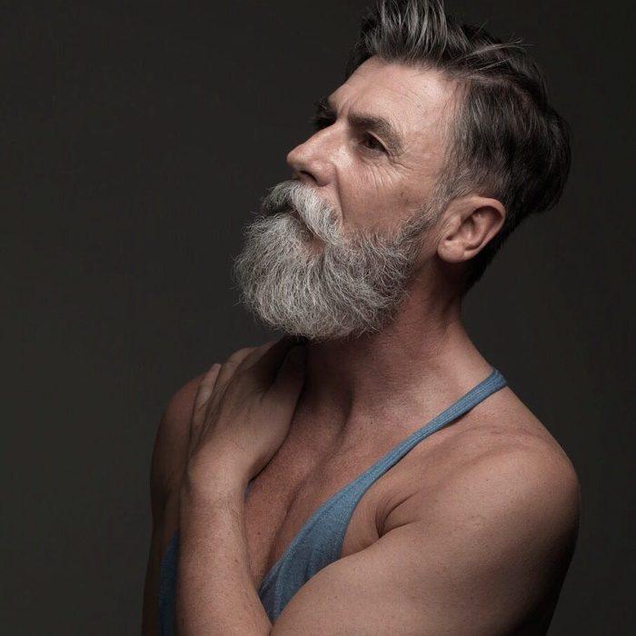 Hombre de 60 años que es modelo posando para una sesión de fotografías