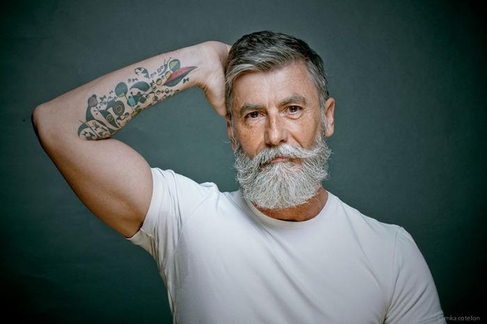 Hombre de 60 años que es modelo posando para una sesión de fotos