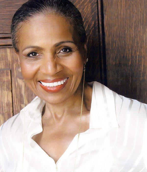 Ernestine Shepherd sonriendo