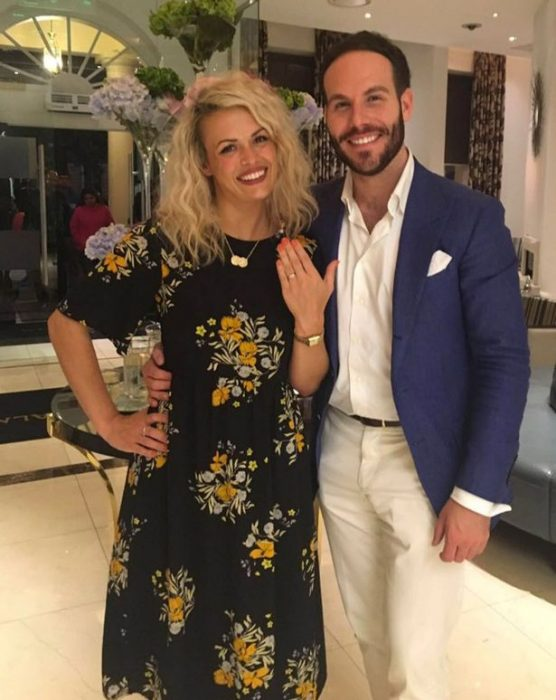 Chica mostrando su anillo de matrimonio