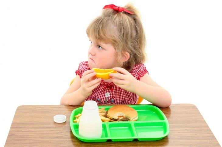 niña comiendo enojada
