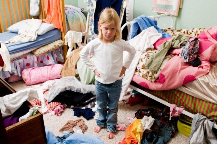 niña con habitación tirada