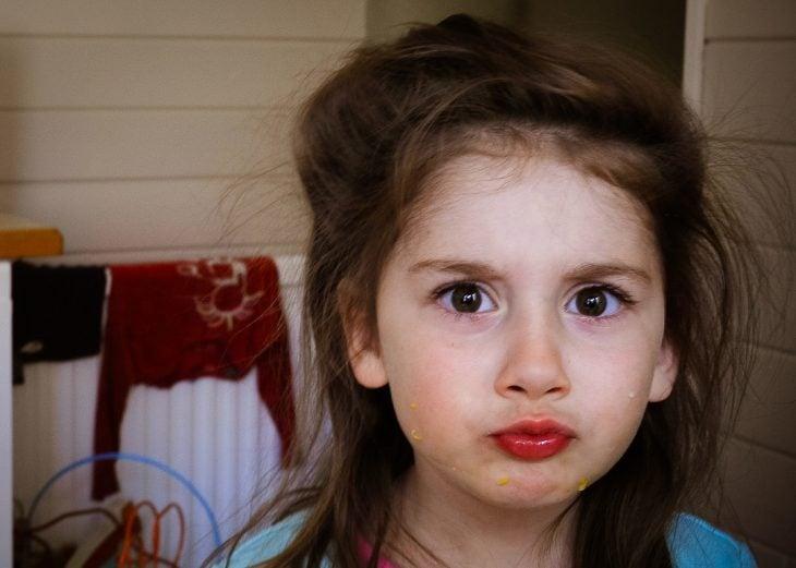 niña enojada