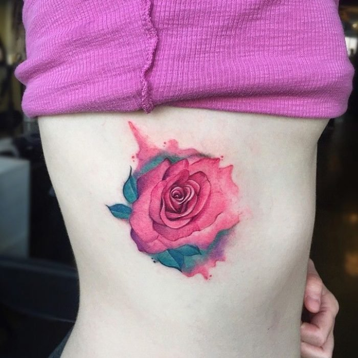 tatuaje rosa en costado