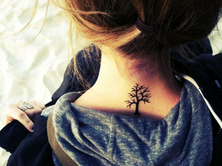 tatuaje árbol parte trasera del cuello