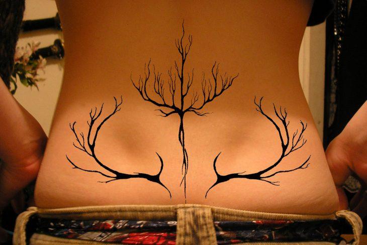 tatuaje mujer ramas espalda baja