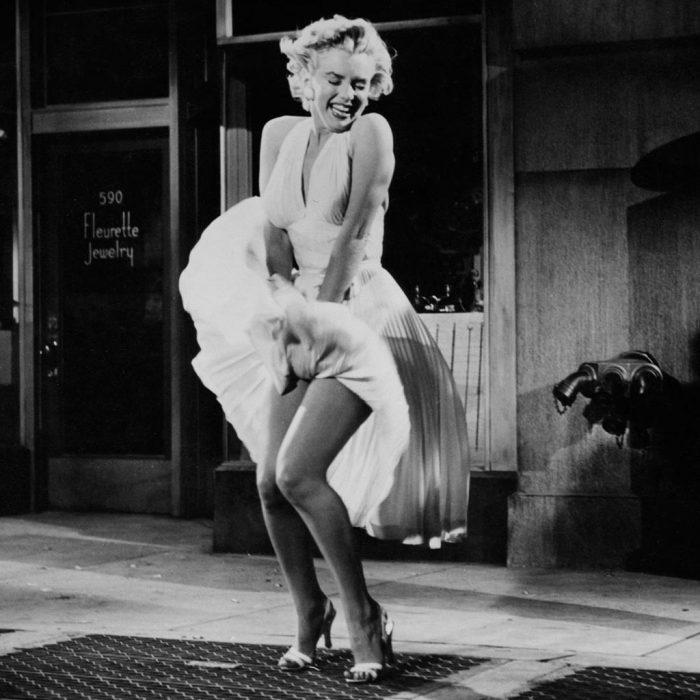Marilyn Monroe durante la famosa escena de la película La tentación vive arriba de 1955