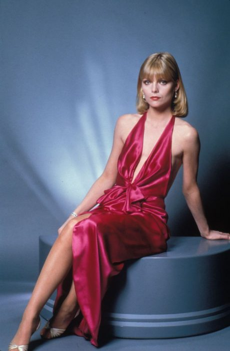 Michelle Pfeiffer usando un vestido rojo en la película Scarface de 1983