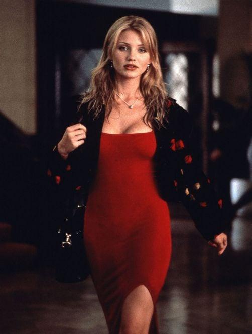 Cameron Diaz usando un vestido en color rojo en la película La mascara de 1994
