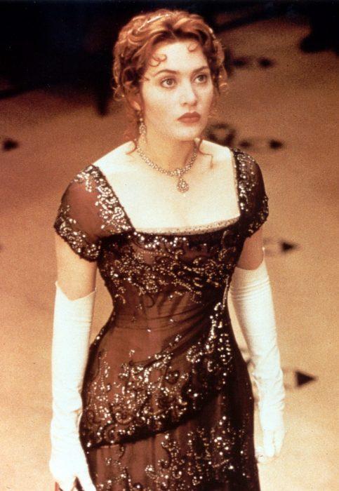 Kate Winslet usando un vestido color café en la película Titanic de 1997