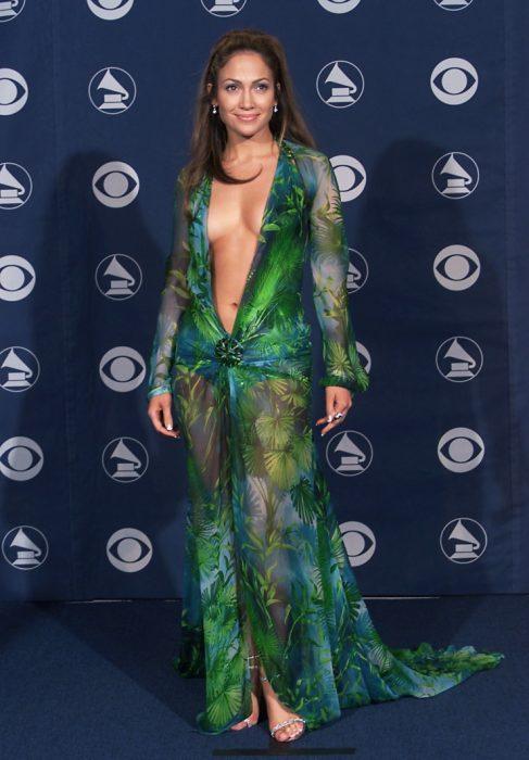 Jennifer Lopez usando un vestido verde con transparencias de Versace