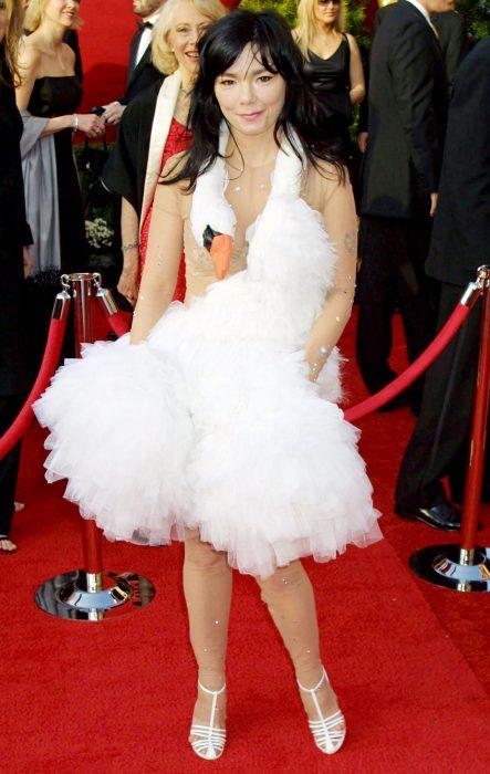 Cantante Björk usando un vestido de cisne en 2001