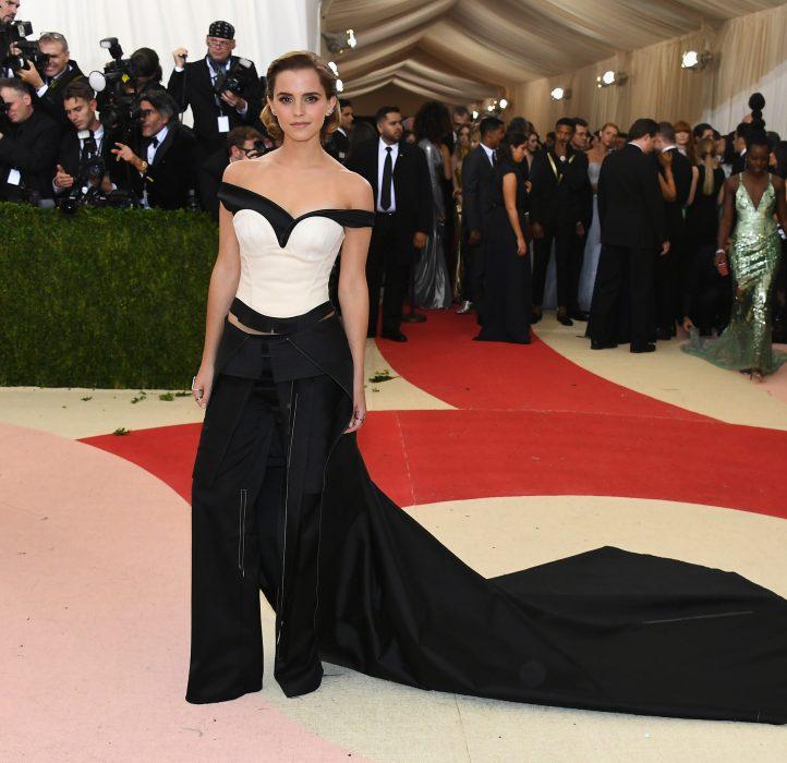 Emma Watson usando un vestido blanco y negro en la Met Gala 2016