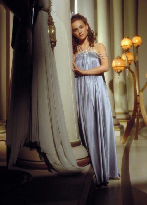 Natalie Portman usando un vestido color lila en la película Star Wars: la venganza de los sith de 2002
