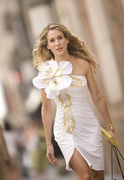 Sarah Jessica Parker usando un vestido blanco y dorado en la película Sex and the city de 2008
