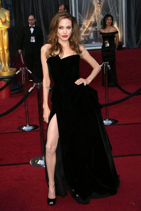 Angelina Jolie usando un vestido negro en los oscar del 2012