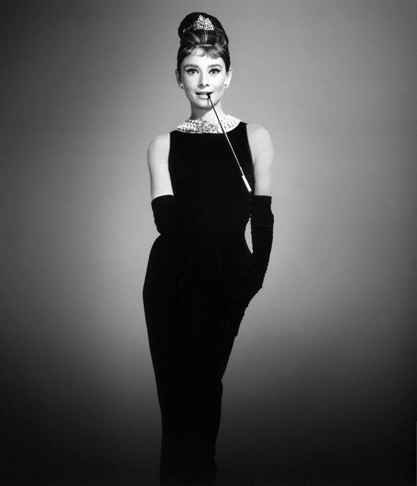 Audrey Hepburn usando su muy iconico vestido color negro en la película desayuno con diamantes