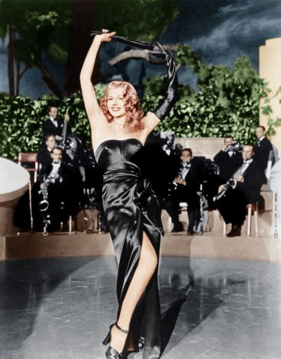 Rita Hayworth usando un vestido de satén en la película Gilda de 1946