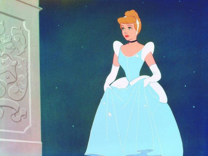 La cenicienta mostrando su vestido de 1950