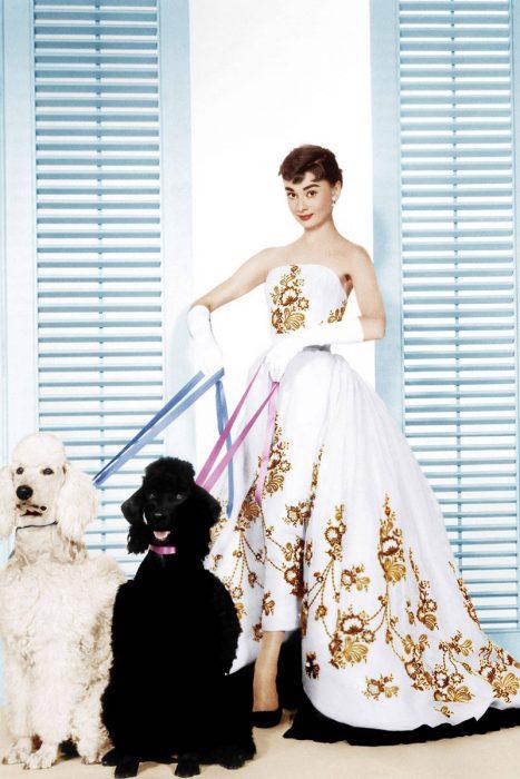 Audrey Hepburn usando un vestido blanco con dorado en la película Sabrina de 1954