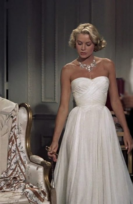 Grace Kelly usando un vestido blanco de strapless en la película Atrapa a un ladrón de 1955