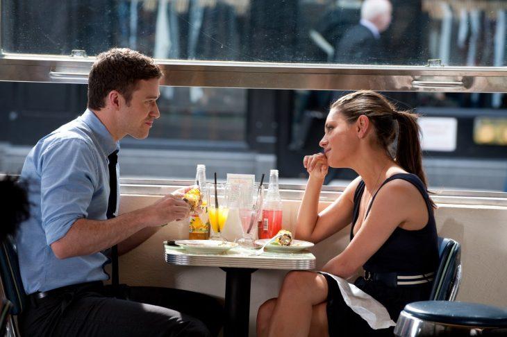 pareja frente a frente en mesa de restaurante