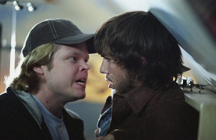 hombre rubio enojado frente a hombre de barba cabello castaño