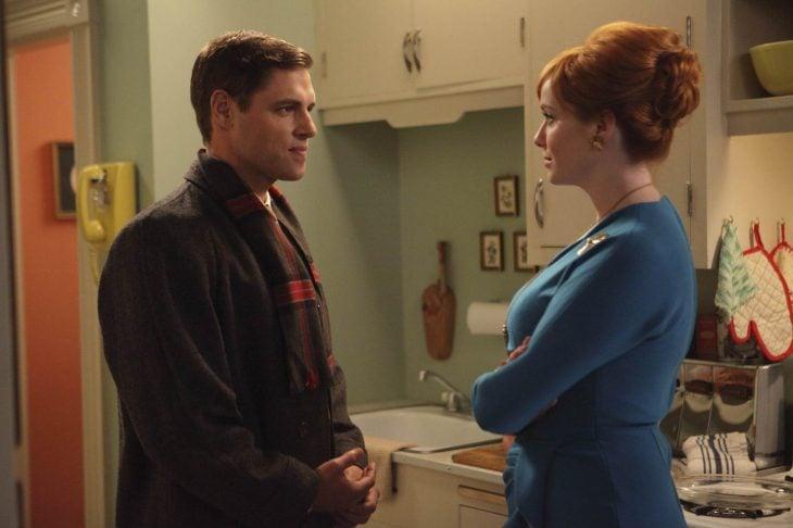 hombre de cabello corto y mujer peliroja hablando de frente