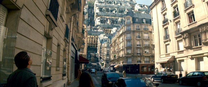 ciudad gigante con edificios de cabeza