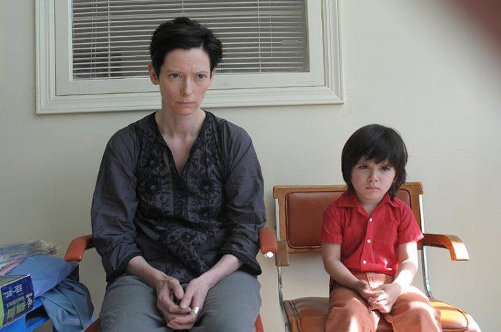 mujer de cabello negro sentada y niño en silla