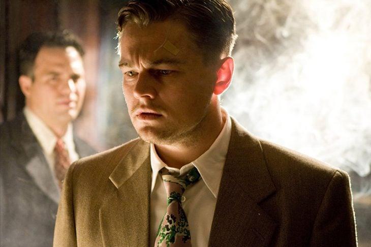 hombre de cabello rubio con traje y corbata