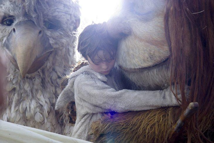 hombre abrazando a monstruos gigantes