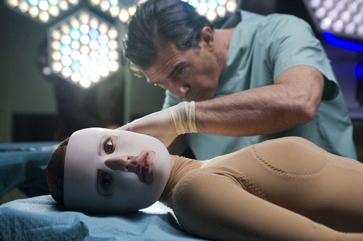 hombre en quirofano con mujer acostada mirando hacia un lado con mascara