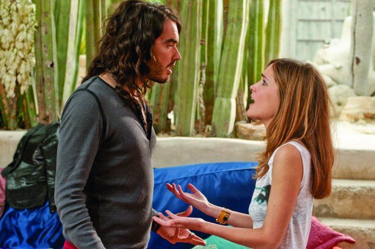 hombre de cabello largo frente a mujer enojada