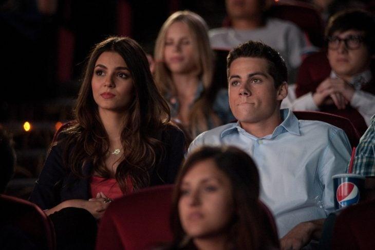 mujer sentada en sala de cine viendo película