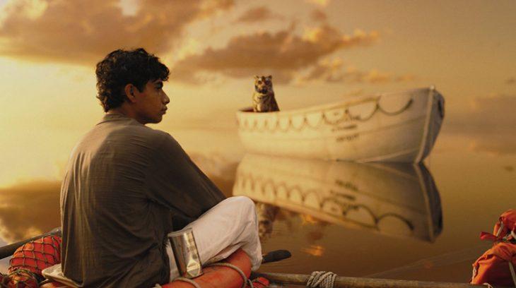 joven de cabello negro frente al mar y bote con tigre