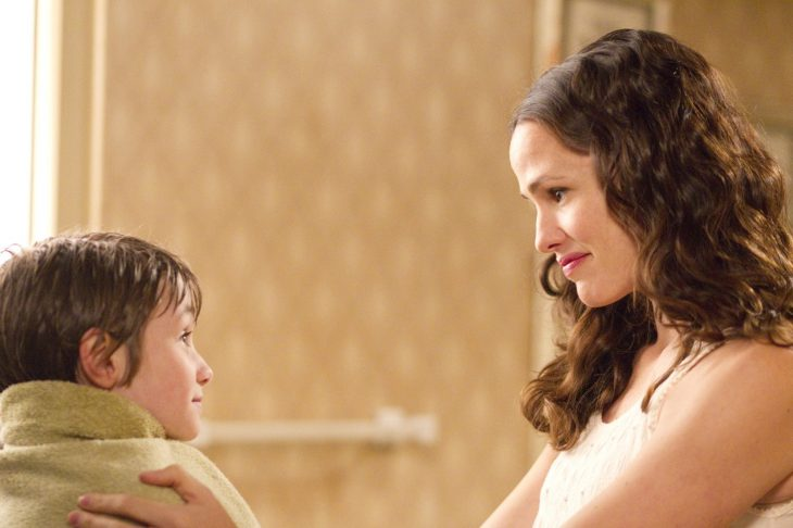 mujer cabello castaño sonriendo y niño