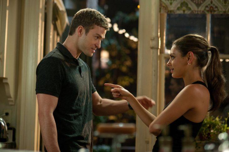 hombre de cabello corto y mujer se miran apuntan con el dedo
