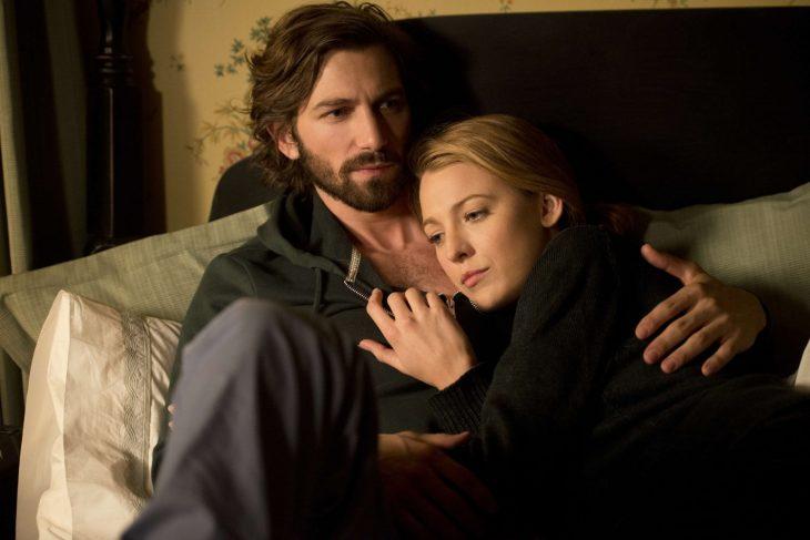 mujer rubia abrazada de hombre de cabello largo y barba