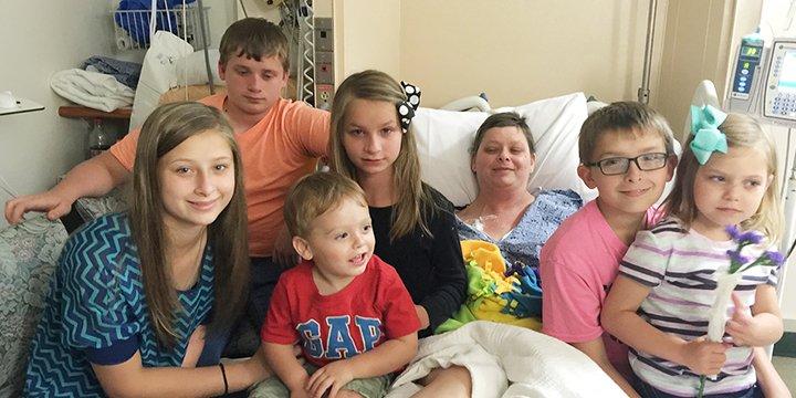 Beth Laitpek y sus seis hijos en el hospital