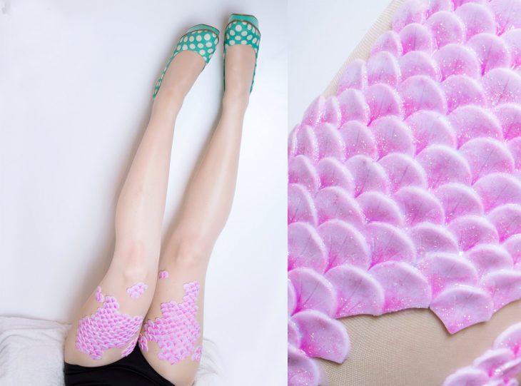mujer con falda y medias con escamas rosa fuerte de sirena