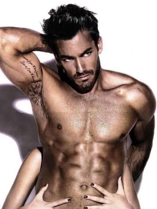 Aaron Díaz semi desnudo