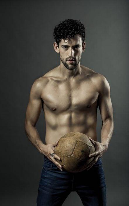Luis Gerardo Méndez sin camisa