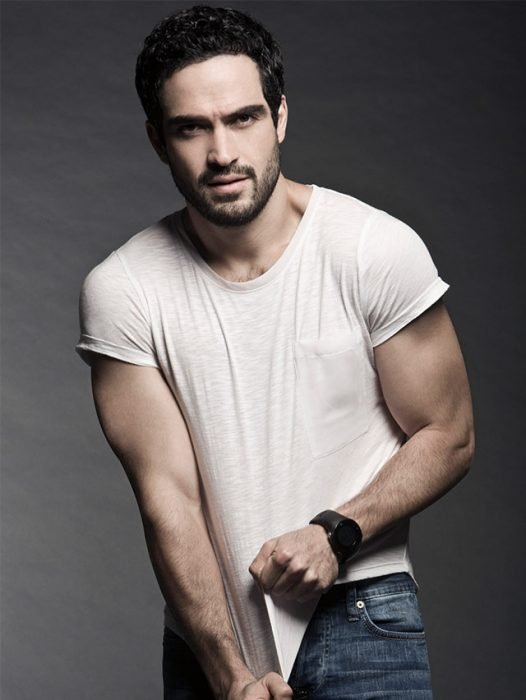 Alfonso Herrera quitándose la camisa